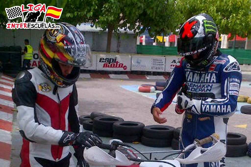 Adrian Cervera cediendo la moto al Campeon