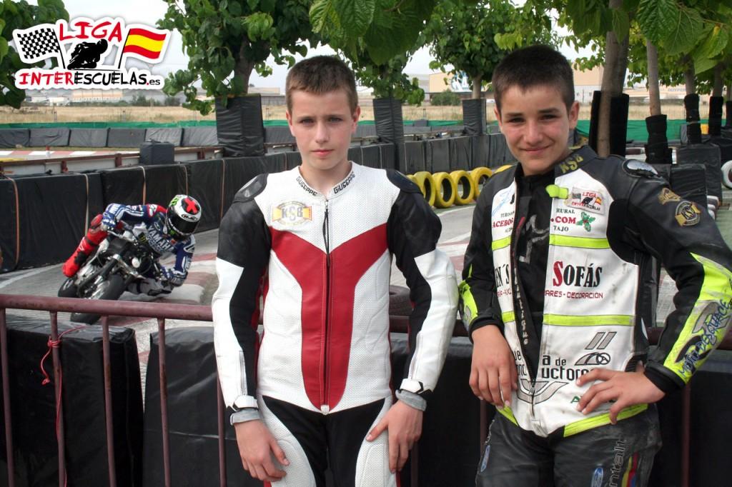 Adrian con su amigo Iker Lecuona y al fondo su compañero de entrenamientos, el campeón del mundo, Jorge Lorenzo.
