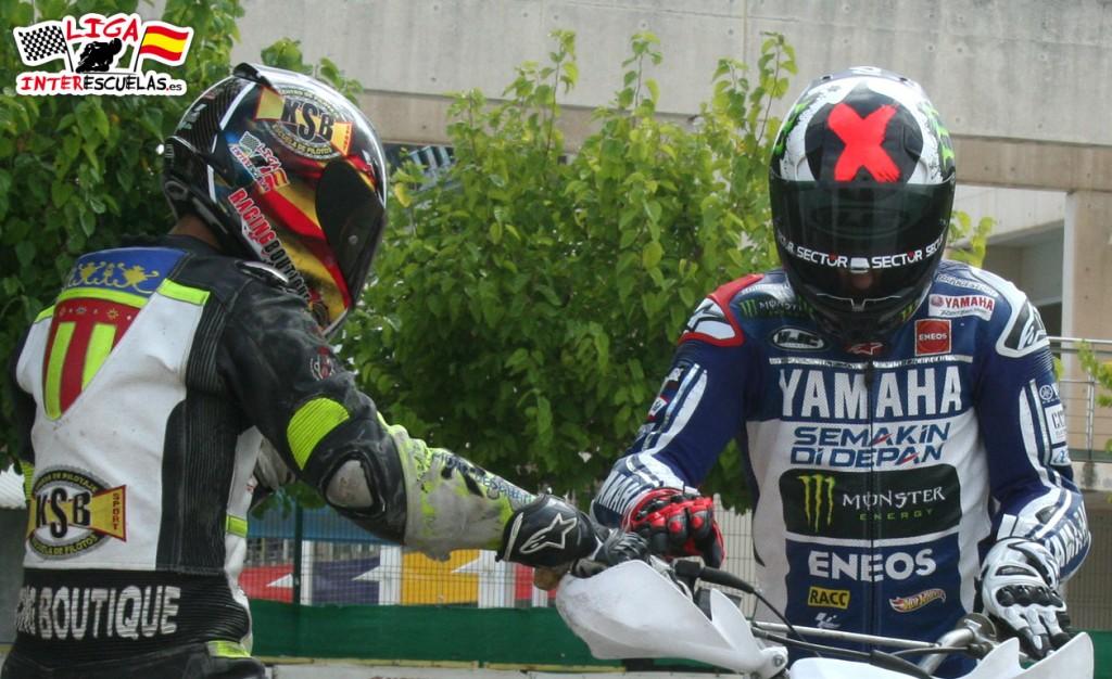 Jorge Lorenzo e Iker Lecuona en el momento de compartir la  moto.