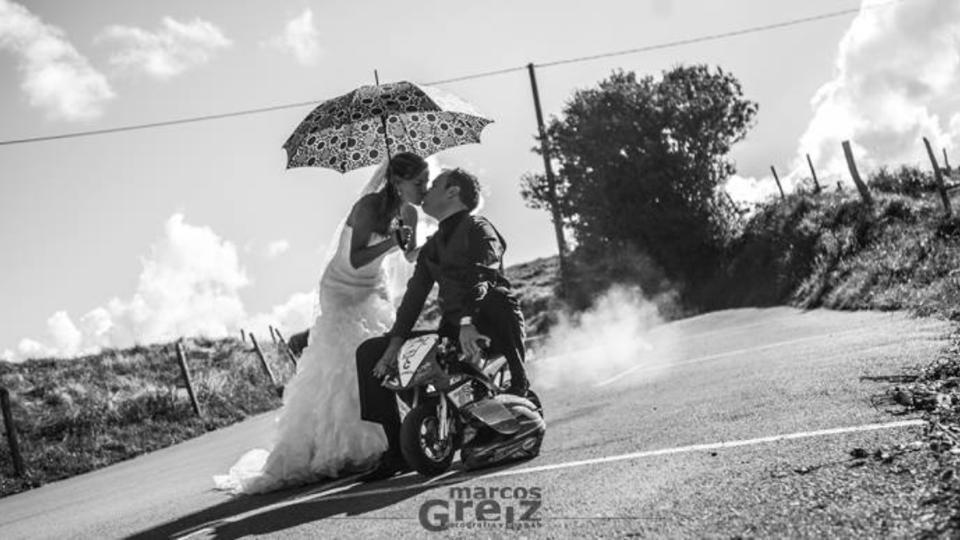 Motini se nos casa a lomos de su minimoto, enhorabuena!!